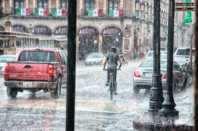 雨の日 UberEats 副業 稼げる