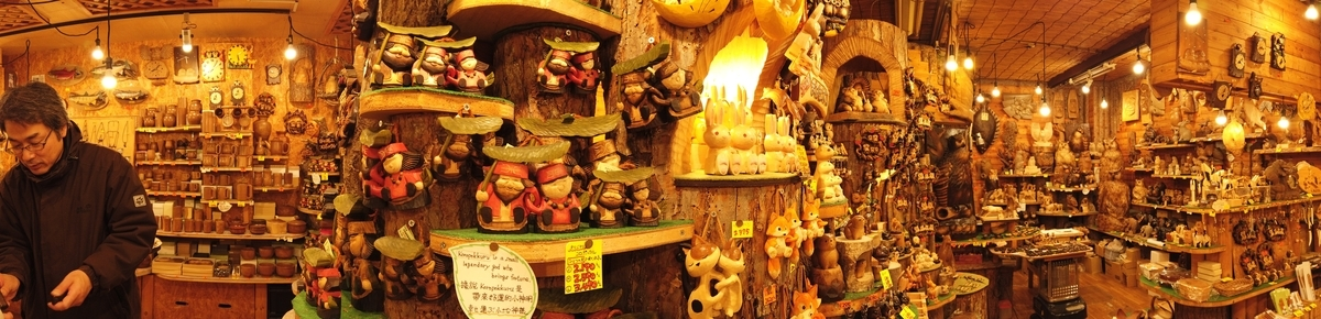 木彫りのお店の店内パノラマ