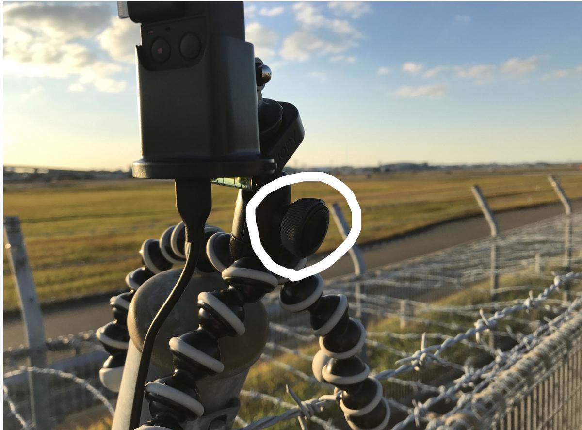白丸のネジを緩めてカメラを動かす