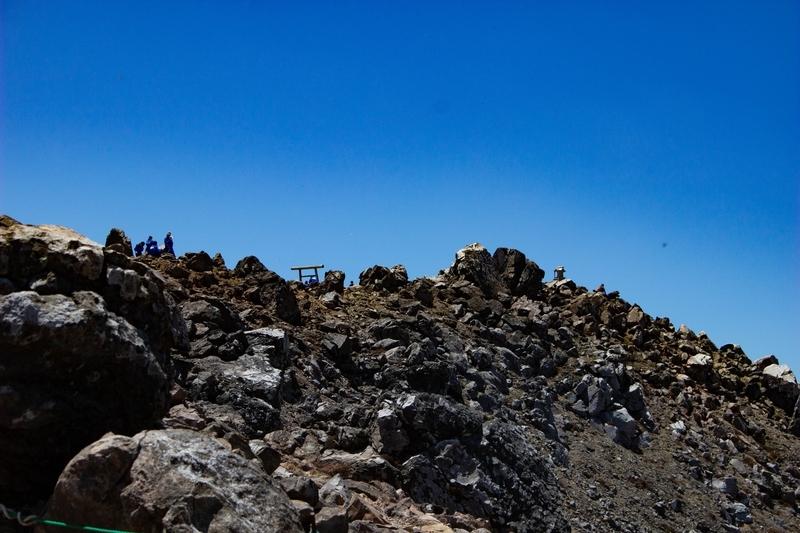 遠くから見た山頂の様子