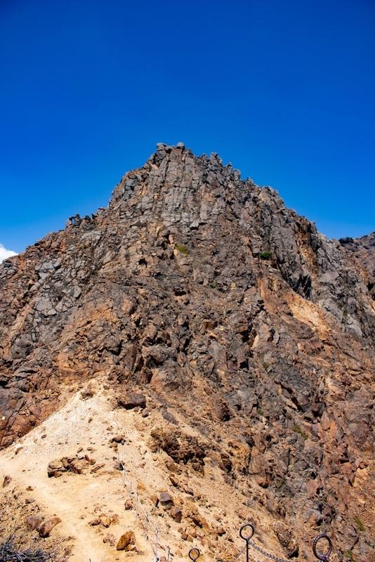朝日岳山頂を見上げた写真