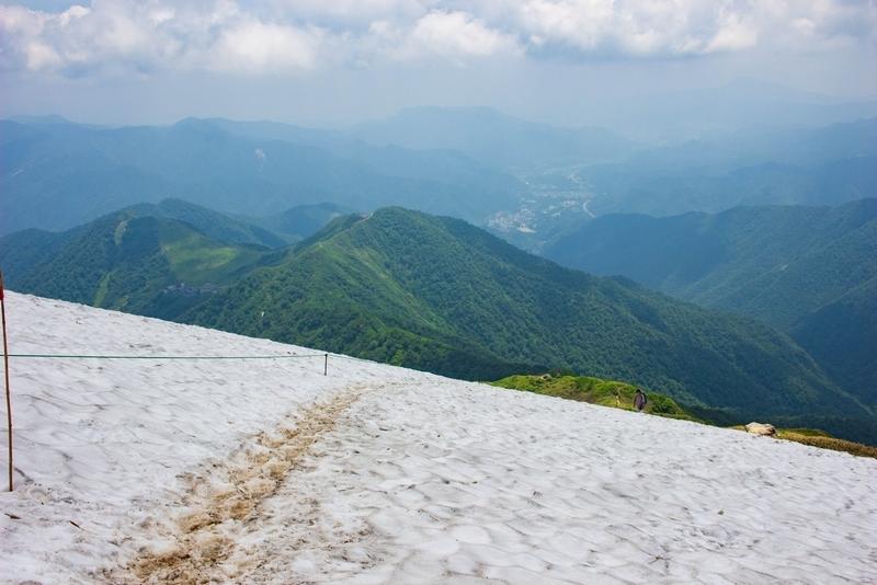 雪渓を見下ろす