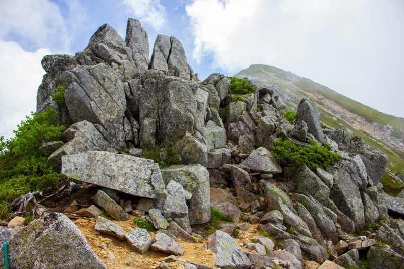 稜線上の大きな岩。