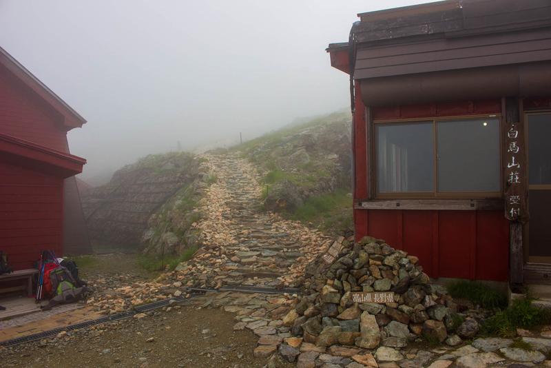 小屋脇から伸びる山頂への道