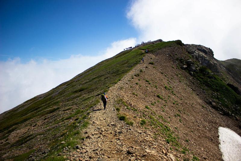 稜線から見た小蓮華山山頂