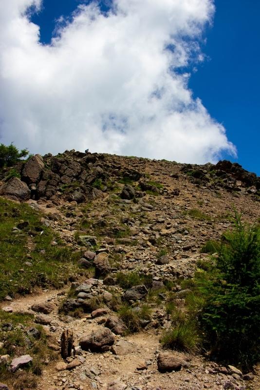 前白根山山頂を仰いだ写真