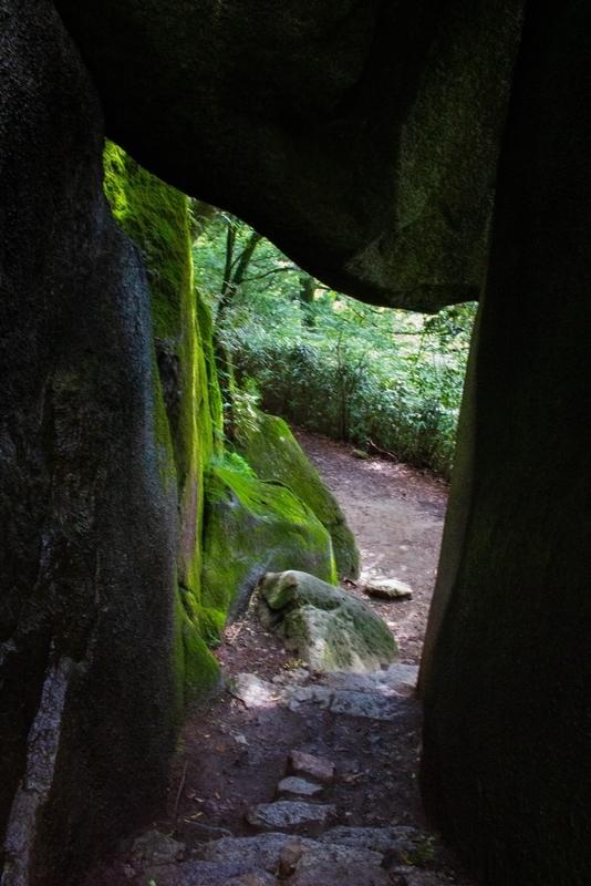 岩の下をくぐるコースの写真