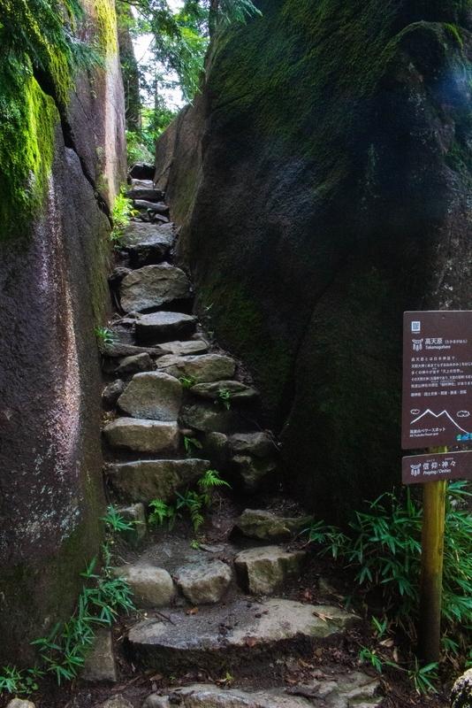 巨岩の脇に作られた階段