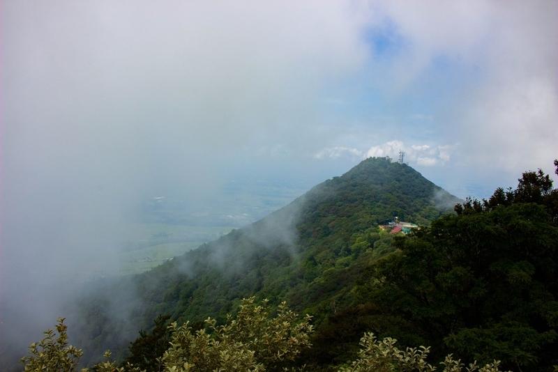 女体山山頂から見た男体山