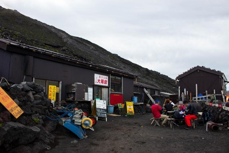 山小屋前の写真