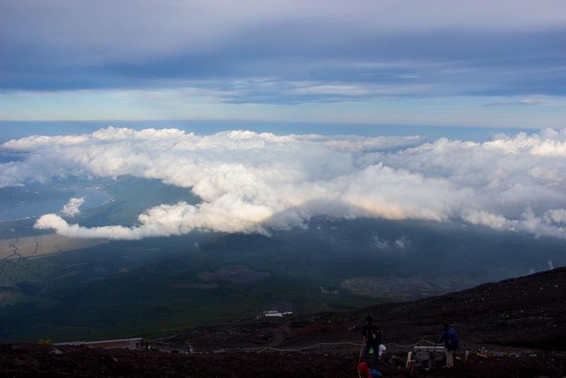 地上にかかる富士山の影