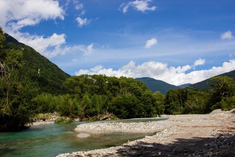 空と山と梓川の写真