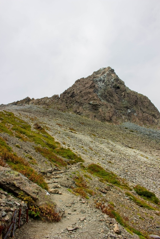 間近に迫る山頂