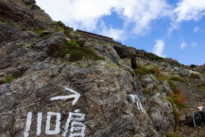 槍ヶ岳山荘を見上げた写真