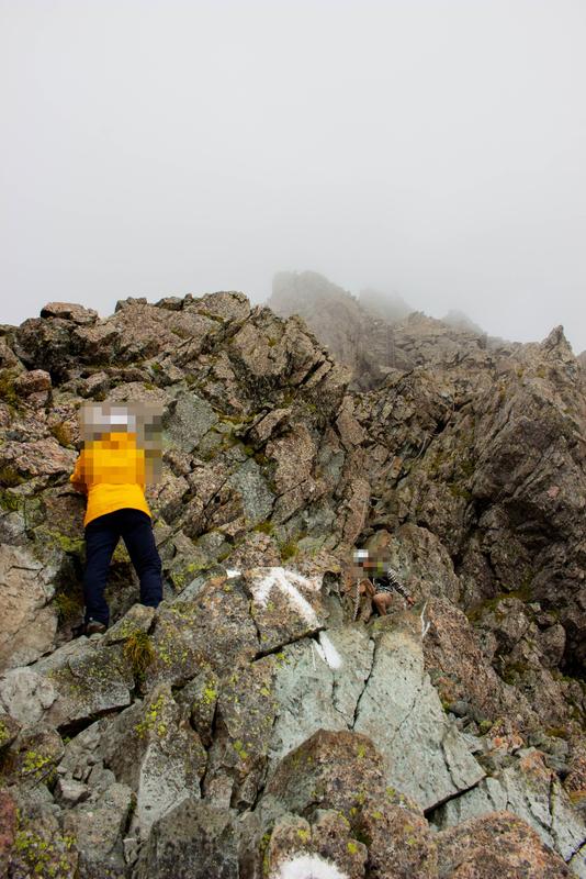 山頂直下の岩場の様子