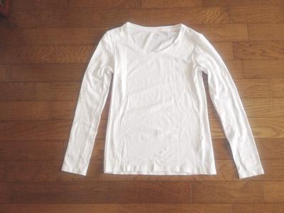 白い長袖シャツ