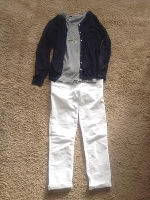 グレーTシャツと紺色カーディガンと白デニムのコーディネート