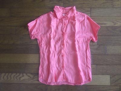 ピンク色のシャツ