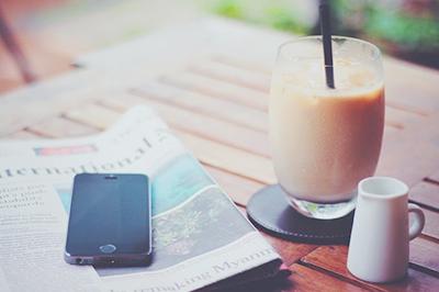アイスコーヒーとiPhone