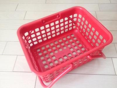 プラスチックの赤いカゴ