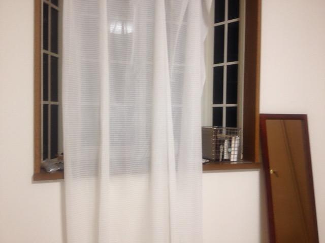出窓に置いてあるワイヤーカゴ