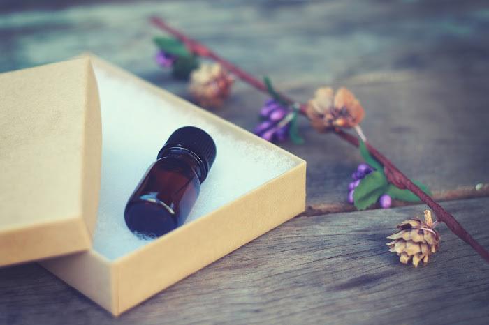 箱に入ったアロマオイルの瓶