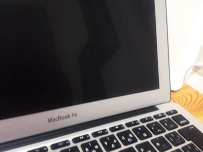 MacBookAir ブルーライトカットフィルムを貼ったところ