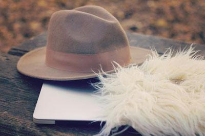 帽子とファーとノートパソコン