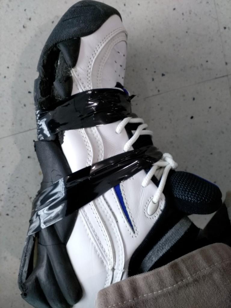 靴の底が剥がれた。ビニールテープで応急処置。