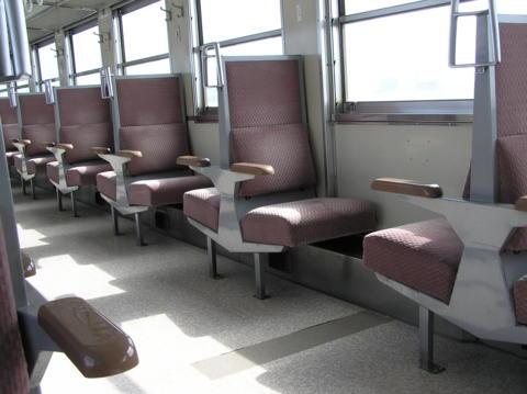 ローカル列車の車内。かわいい。
