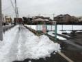 [雪]車通りの少ない道はまだ雪でこんな感じ。