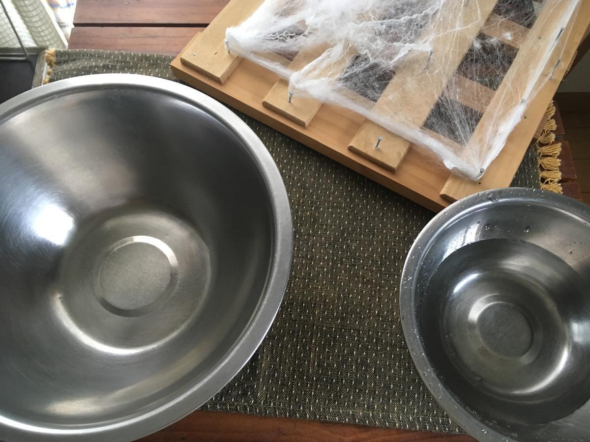 水を入れた容器と、糸を入れるための容器を用意する