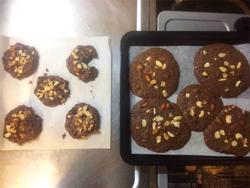 えもじょわ チョコレートクッキー 焼く前・焼いた後