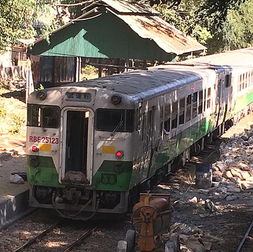 ヤンゴンの環状線の駅「Pyay Road Railway Station」