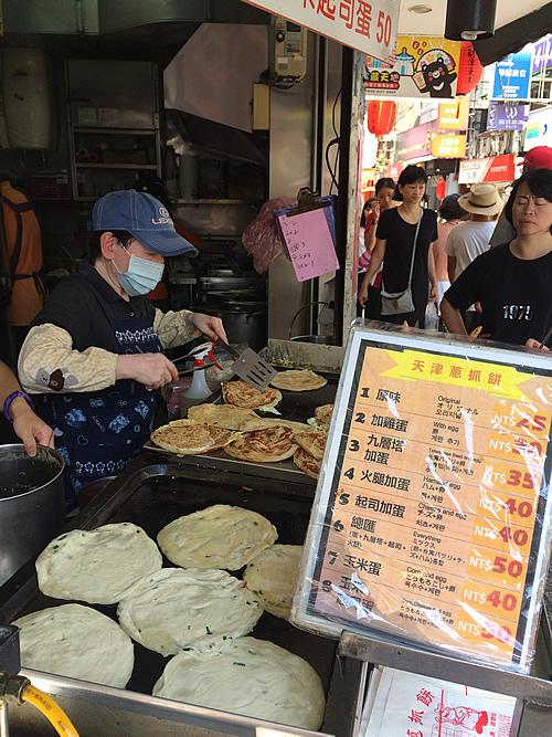 台湾のB級グルメ「天津葱抓餅」は中華のお好み焼き!@台北
