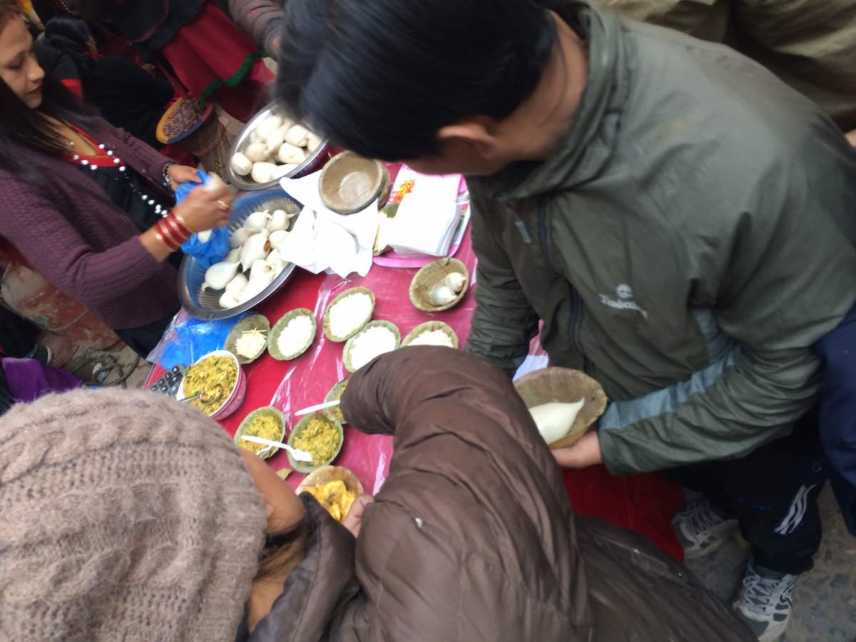 路上でネパールのお祝いスイーツ「ヨマリ」