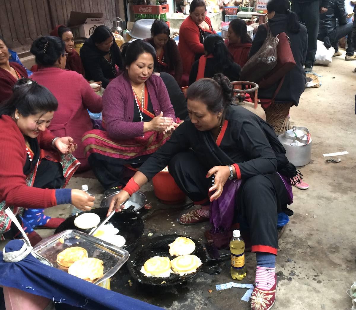 路上でネパールのお祝いスイーツ「ヨマリ」を食べる @ カトマンズ