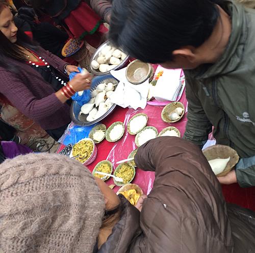 路上でネパールのお祝いスイーツ「ヨマリ」を食べてみた!@ カトマンズ