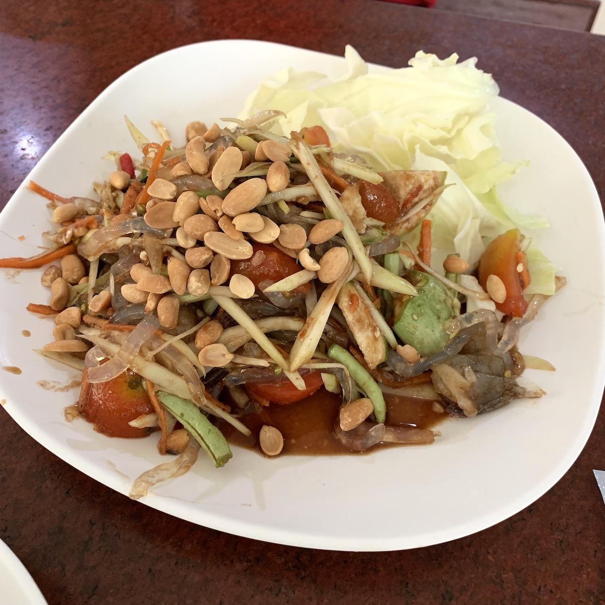 ショッピングモール「タラートサオ」のフードコート Shurimp spicy salad