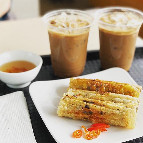ハノイ ノイバイ空港で揚げ春巻きとベトナムコーヒー