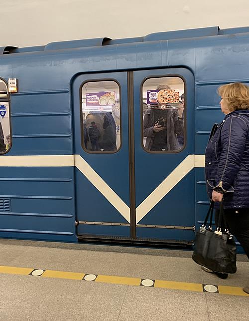 ゴーリコフスカヤ駅(Горьковская)から地下鉄に乗り込む!