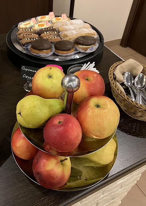 サンクトペテルブルク Mホテルの朝食 のフルーツとケーキ