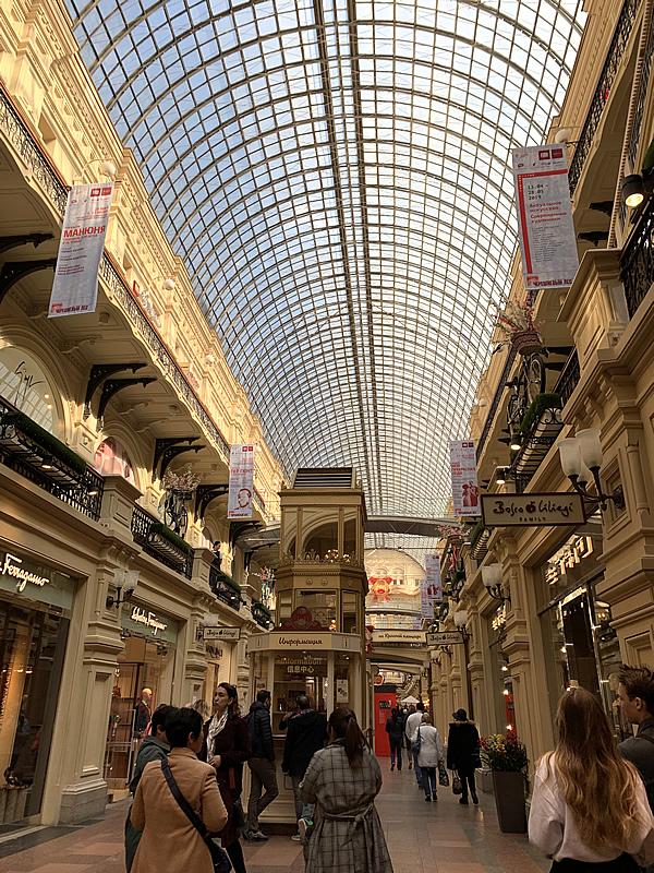 歴史のある重厚な グム百貨店 @ モスクワ