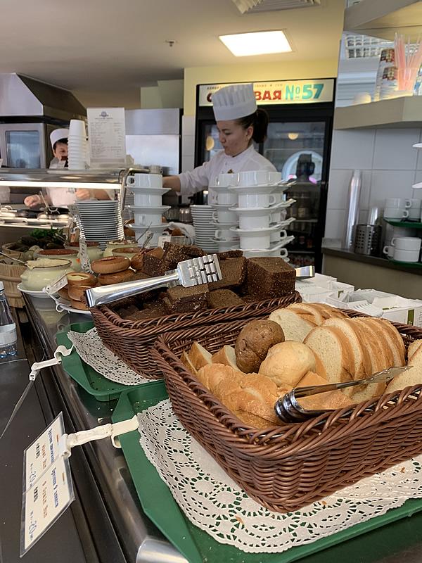 グム百貨店内のスタローヴァヤNo.57 の黒パン