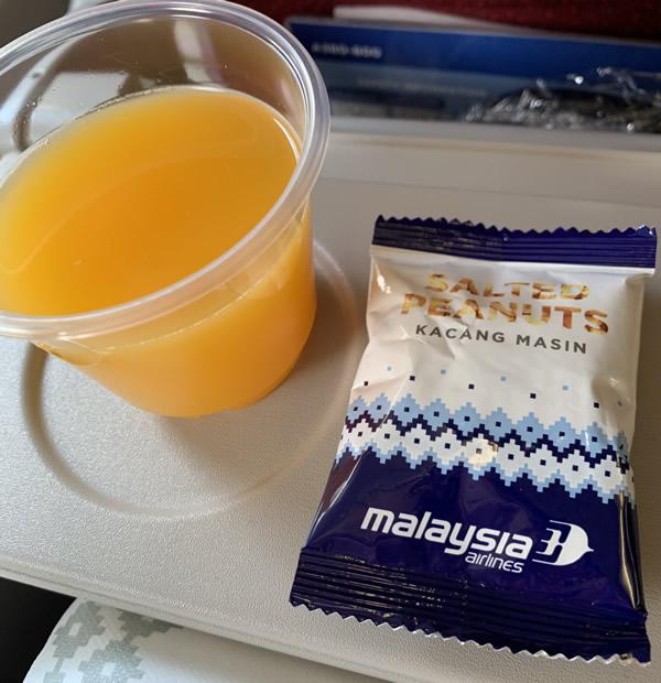 マレーシア航空/ファーストドリンクとナッツ