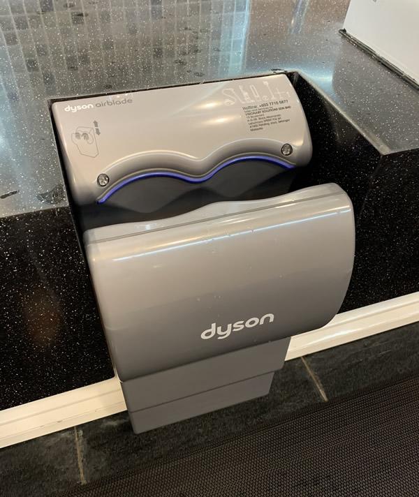 クアラルンプール国際空港(KLIA)のトイレはダイソンが