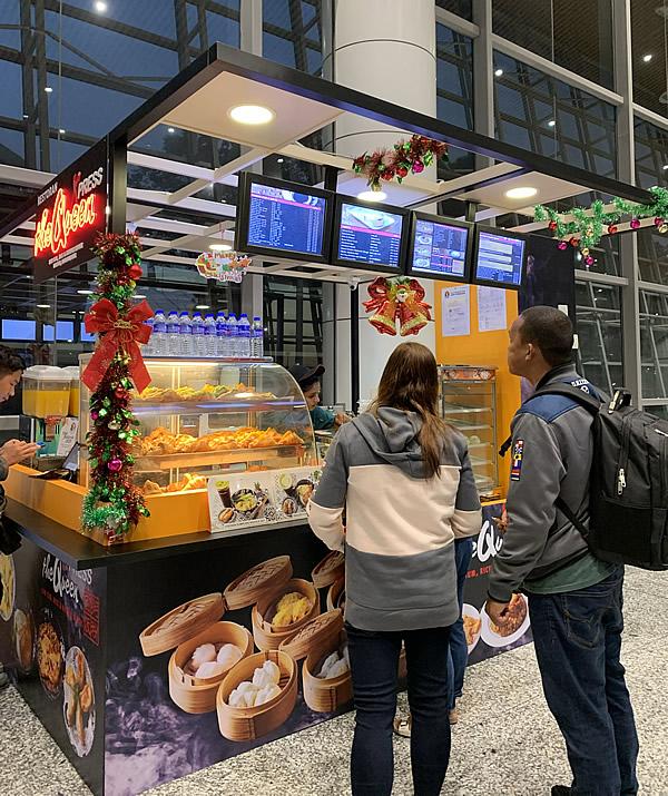 朝のクアラルンプール国際空港の売店