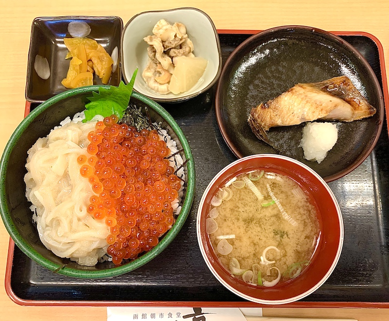 函館朝市のイクラとイカの丼とホッケ