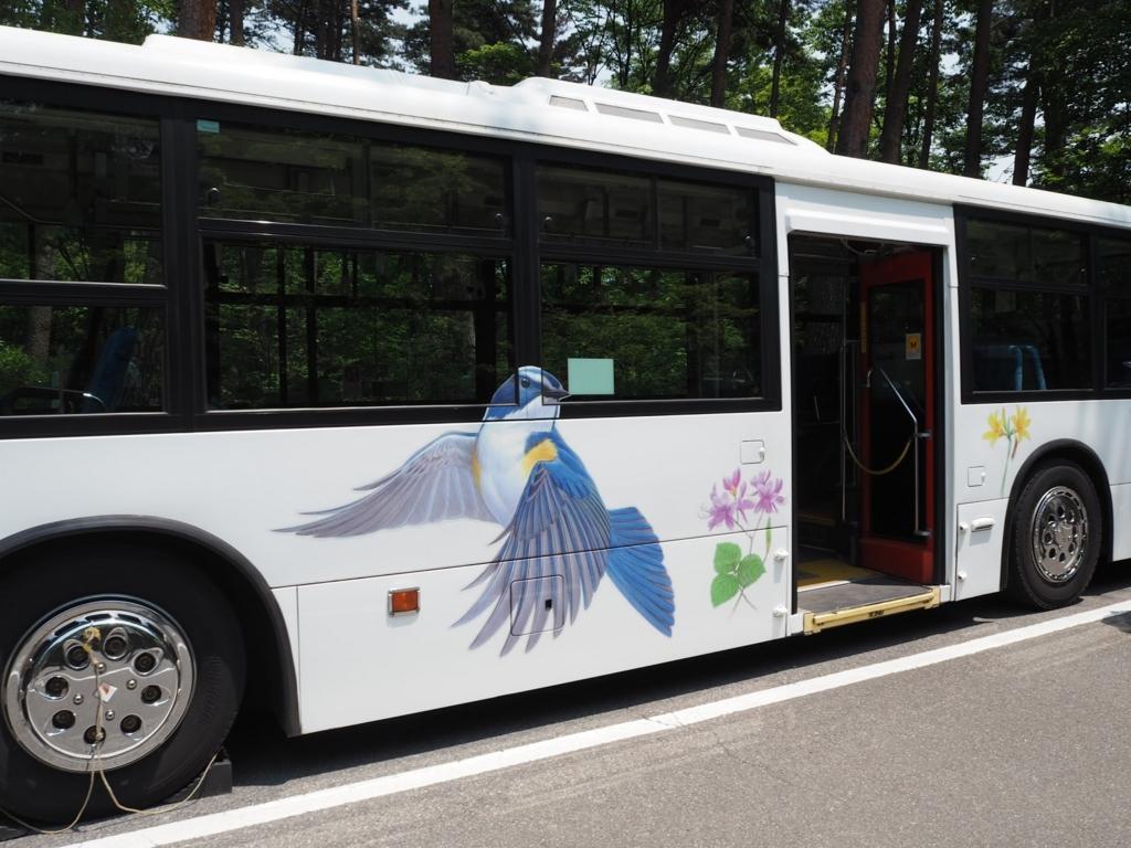 白州蒸留所のラッピングバス