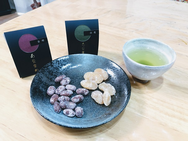 甘納豆「あままめ」が並べられているお皿とお茶